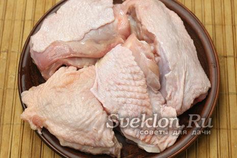 курицу промыть и нарезать кусочками
