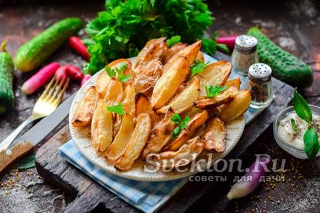 готовый картофель посыпать солью и перцем