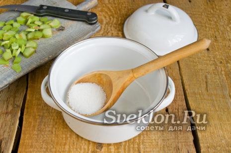 в кастрюлю насыпать сахар