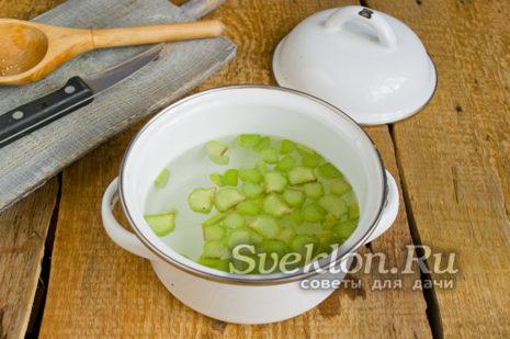 добавить воду и ревень в кастрюлю и варить 7 минут