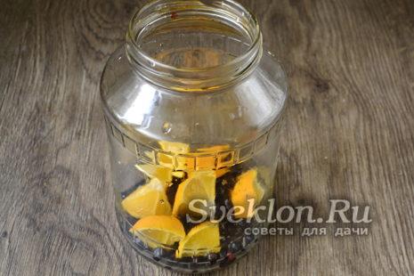 высыпать ягоды в стерилизованную банку и добавить порезанный апельсин