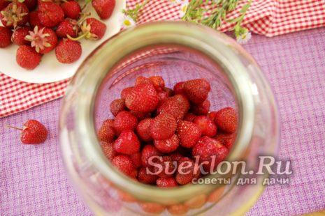 в подготовленные банки кладем ягоды