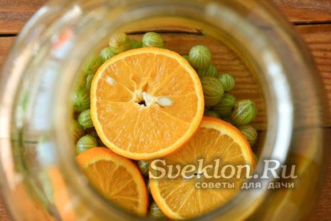 апельсин нарезать кружочками и выложить поверх крыжовника