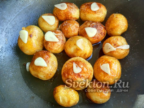 добавить чеснок к картофелю и продолжать жарить