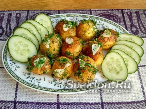 выложить картофель на блюдо