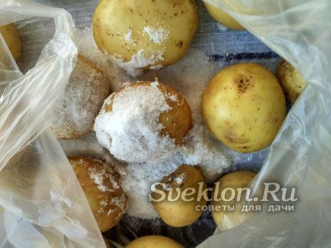 с помощью пакета и соли слегка очистить молодой картофель