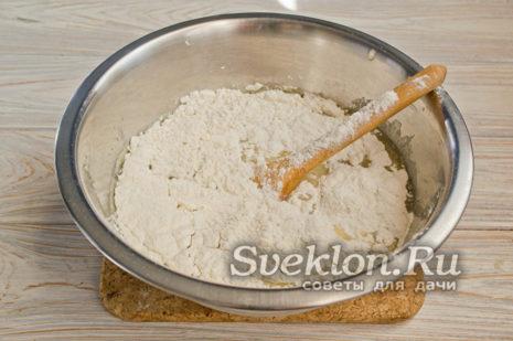 высыпаем муку в миску, добавляем половину взбитой смеси
