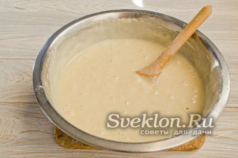 добавляем небольшими порциями оставшуюся яично-сахарную массу, замешиваем тесто без комков