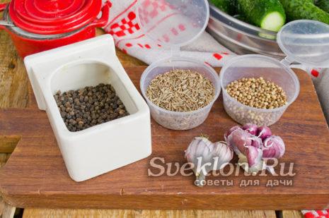подготавливаем чеснок и специи