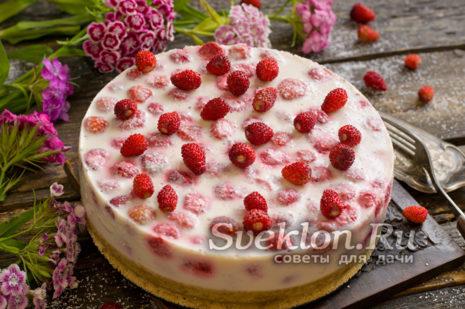 Простой торт с клубникой без выпечки