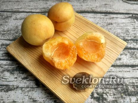 убрать косточку из абрикосов