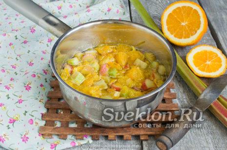 довести сироп с фруктами до кипения