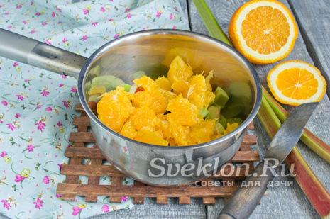 апельсин почистить и мякоть нарезать