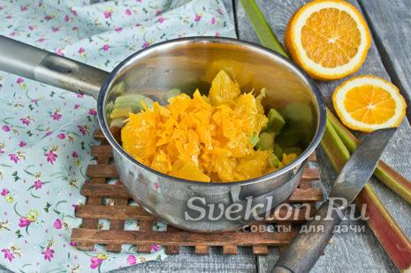 цедру апельсина нарезать тонкой соломкой и добавить в кастрюлю
