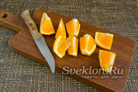 апельсин вместе с кожурой нарезаем небольшими дольками, удаляем косточки