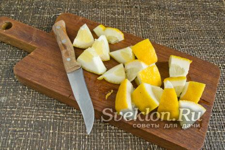 лимоны нарезаем, достаём косточки
