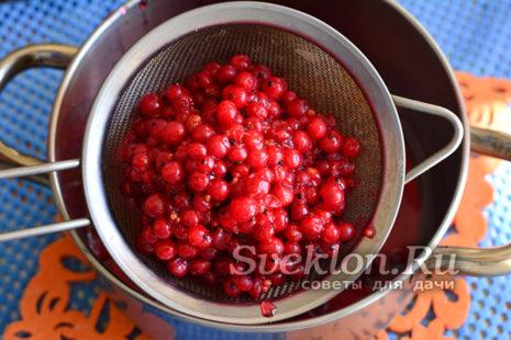 кипящую ягодную массу протираем с помощью сита