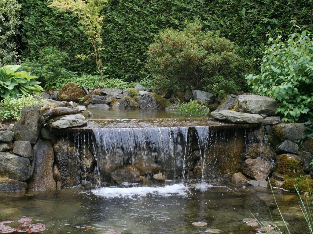 Стильный фонтан водопад