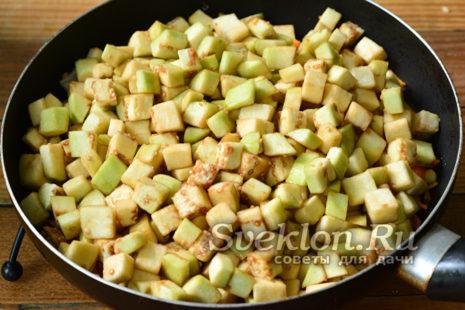 Лук, морковь, баклажаны в сковороде