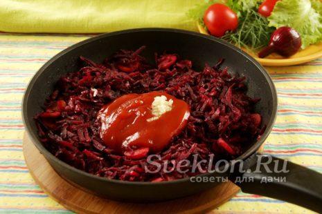 чеснок и томатная паста добавляем