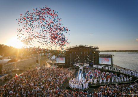 Воздушные шарики в небе на дне семьи