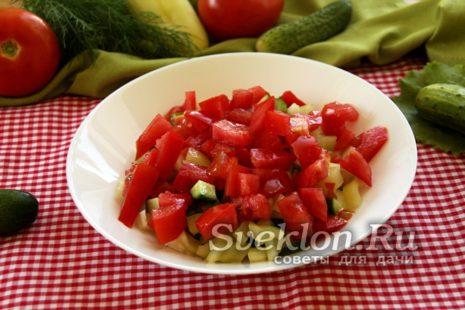 Добавление нарезанного помидора