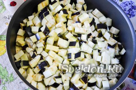 Нарезанные баклажаны на сковороде