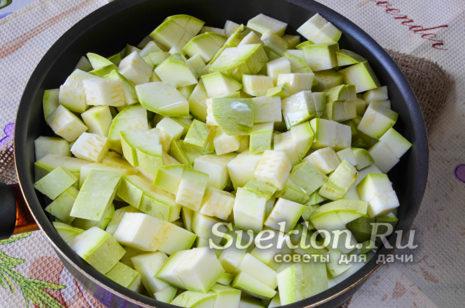 кабачки нарезать кубиками и отправить тушиться на сковороде с маслом
