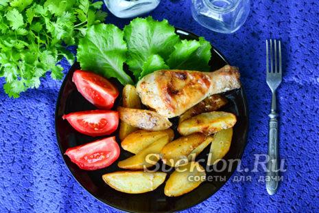 картофель по деревенски с курицей готов