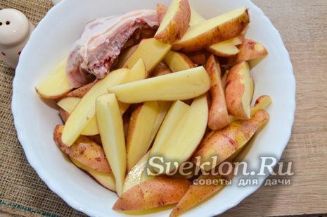 в глубокой миске сложить мясо с картошкой