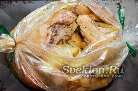 затем раскрыть рукав, чтобы картофель и бедрышки подрумянились