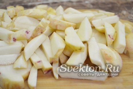 картофель промыть, очистить и нарезать соломкой