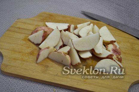 картофель помыть и нарезать дольками
