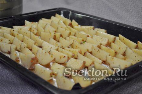 дольки картофеля выложить на противень и отправить в духовку