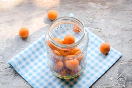 засыпаем абрикосы в банку