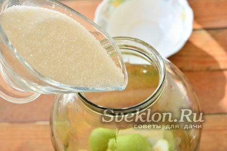 Добавляем сахар в банку с грушами