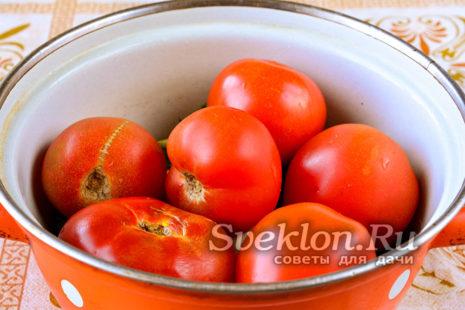 помидоры вымыть и сложить поверх специй