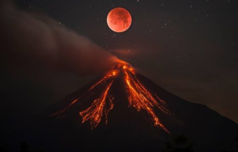 луна над вулканом