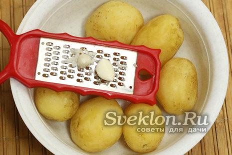 С картошки сливаем воду