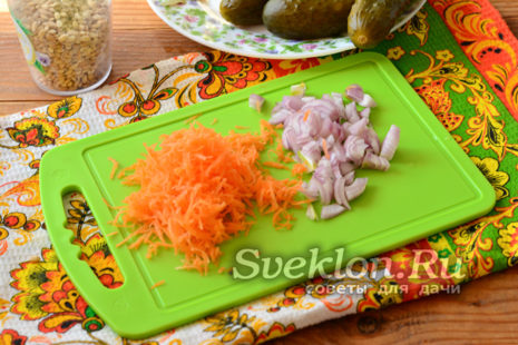 Режем морковь и лук