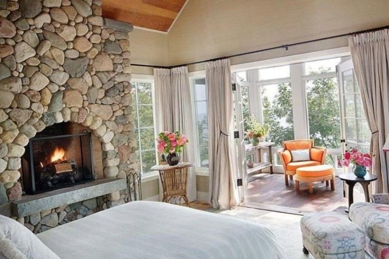 Камин и кровать
