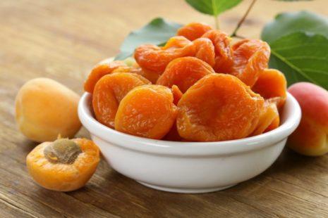 Сушенные абрикосы в миске