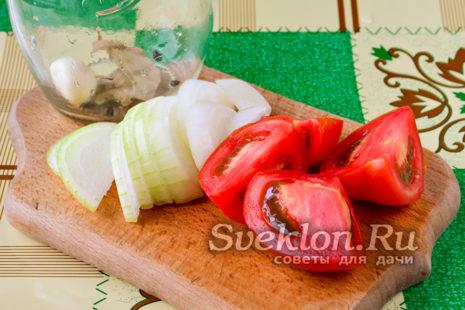 Порезанные помидоры и лук