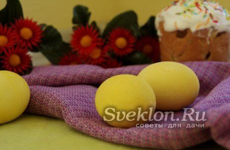 Яйца, окрашенный куркумой