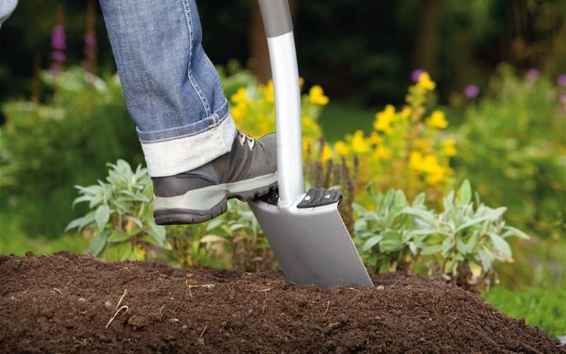 перекопать почву