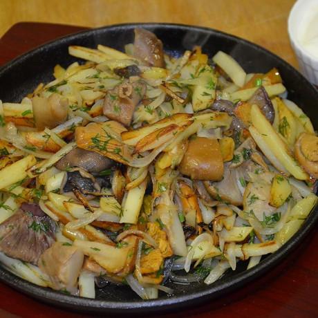 Жареный картофель с рыжиками