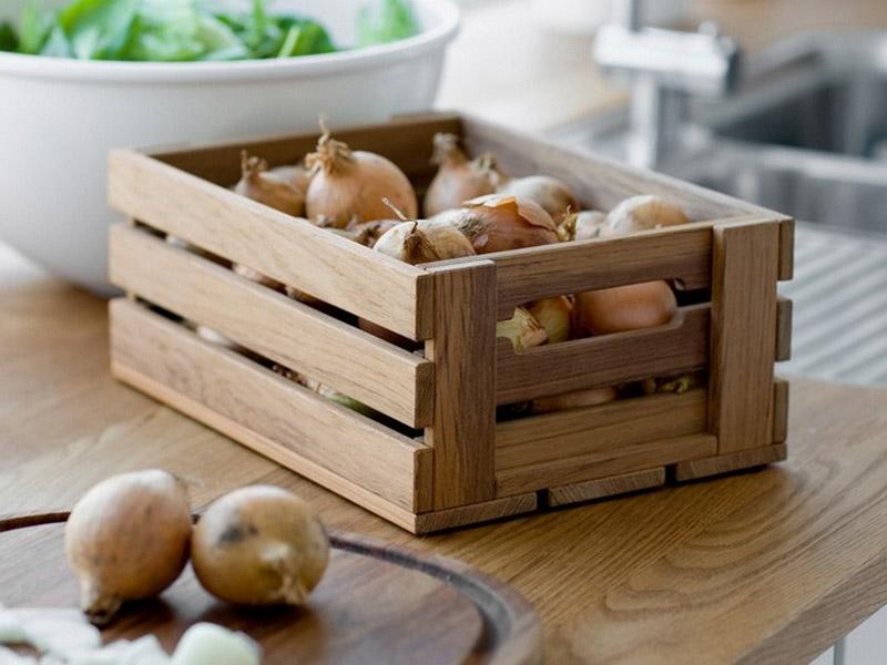лук в деревянном ящике