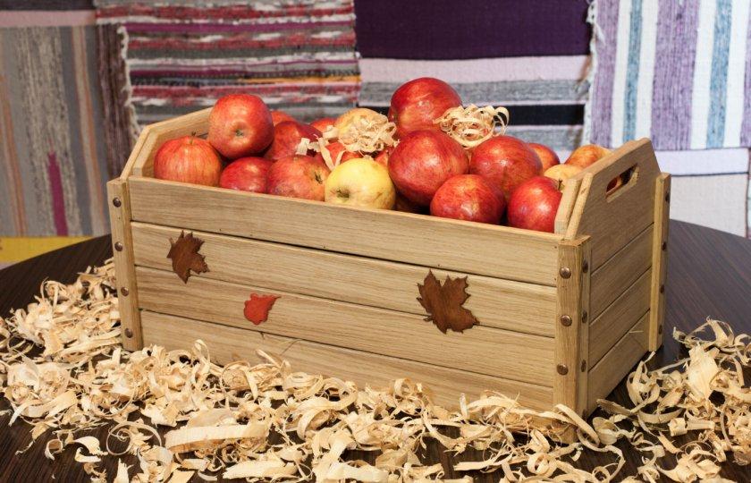 свежие яблоки в ящике