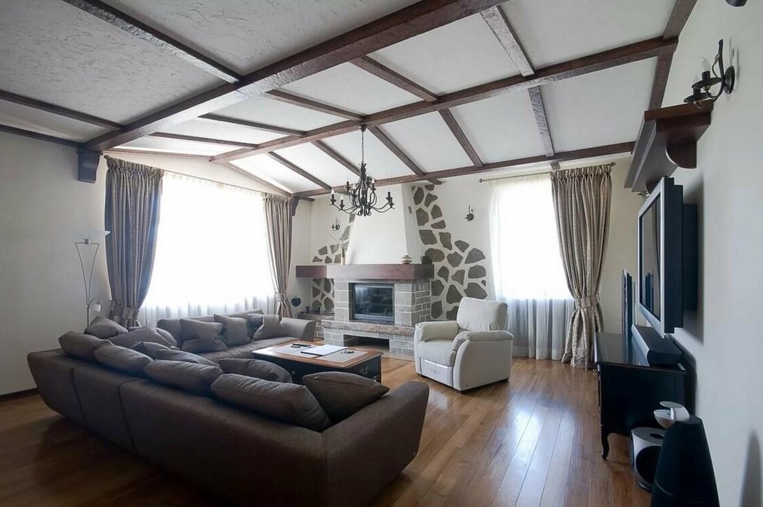 Потолок с балками в деревянном доме