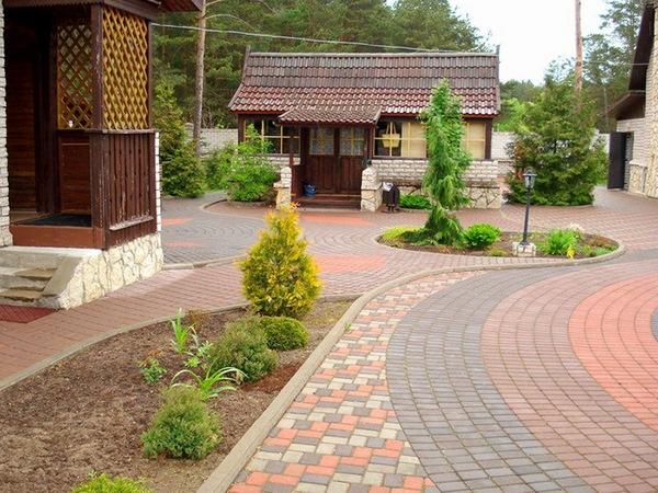 Тротуарная плитка во дворе дома